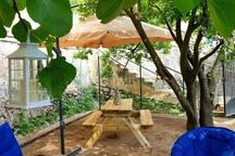 Giardino esclusivo,ingresso privato con chiavi dove poter trascorrere in totale relax e privacy il vs. soggiorno.