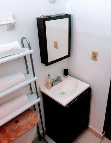 baño completo cuenta con agua fria y caliente, Toallas ,.shampoo  y papel sanitario