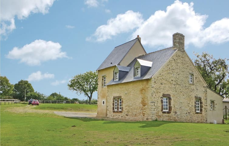 Holiday cottage with 2 bedrooms on 107 m² in Rouessé Vassé