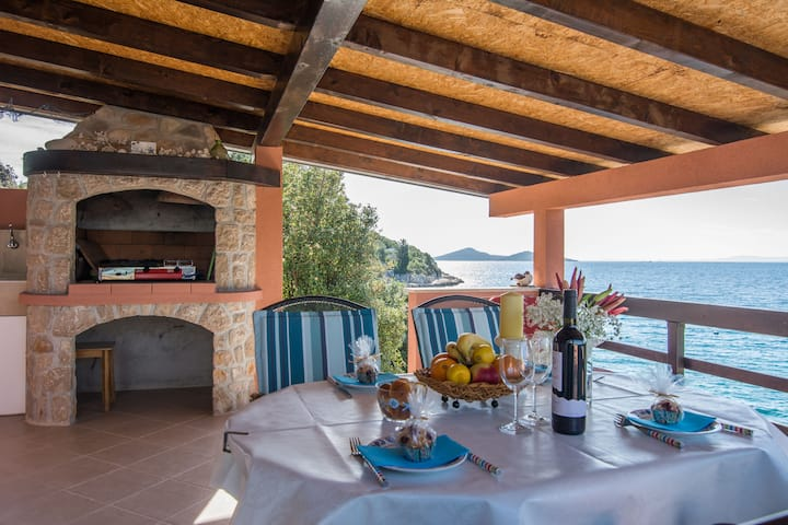 One bedroom Remote cottage, beachfront in Pašman