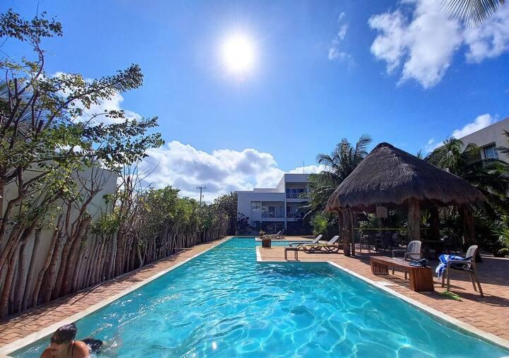 Amazing luxury condo for 4, fiber optic, 1 block from the beach