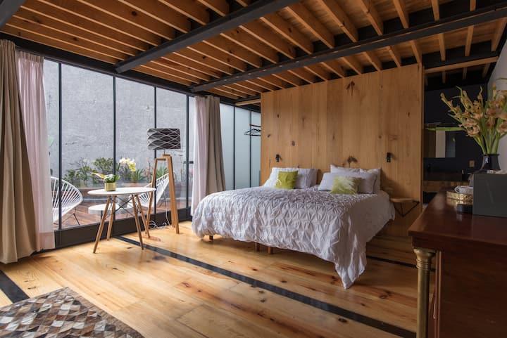 Amplia habitación contemporánea y cómoda terraza
