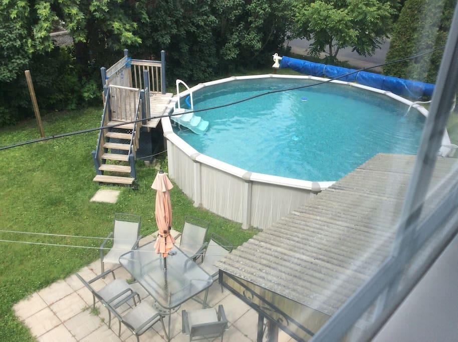 Vu sur piscine et terasse avec acces