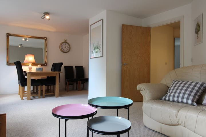 3 bedroom flat 10 mins walk to Bay and City center