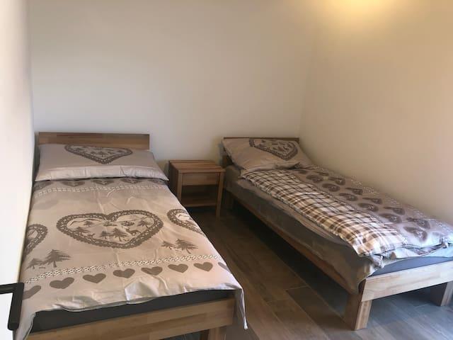 Chambre avec deux lits pouvant être réunis en lit double