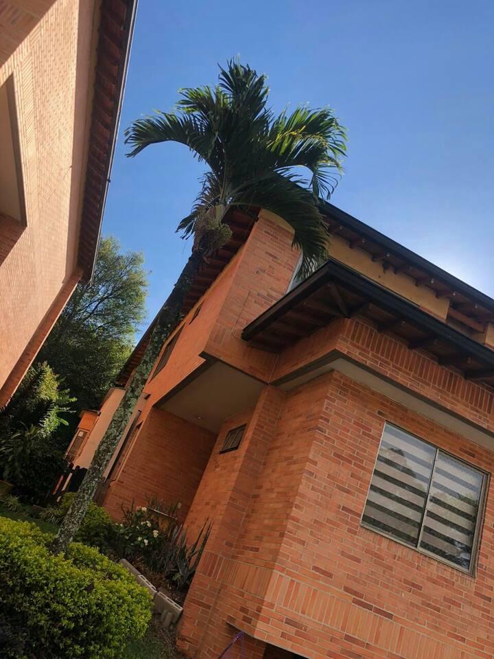 Casa  Poblado ideal segura familias con niños
