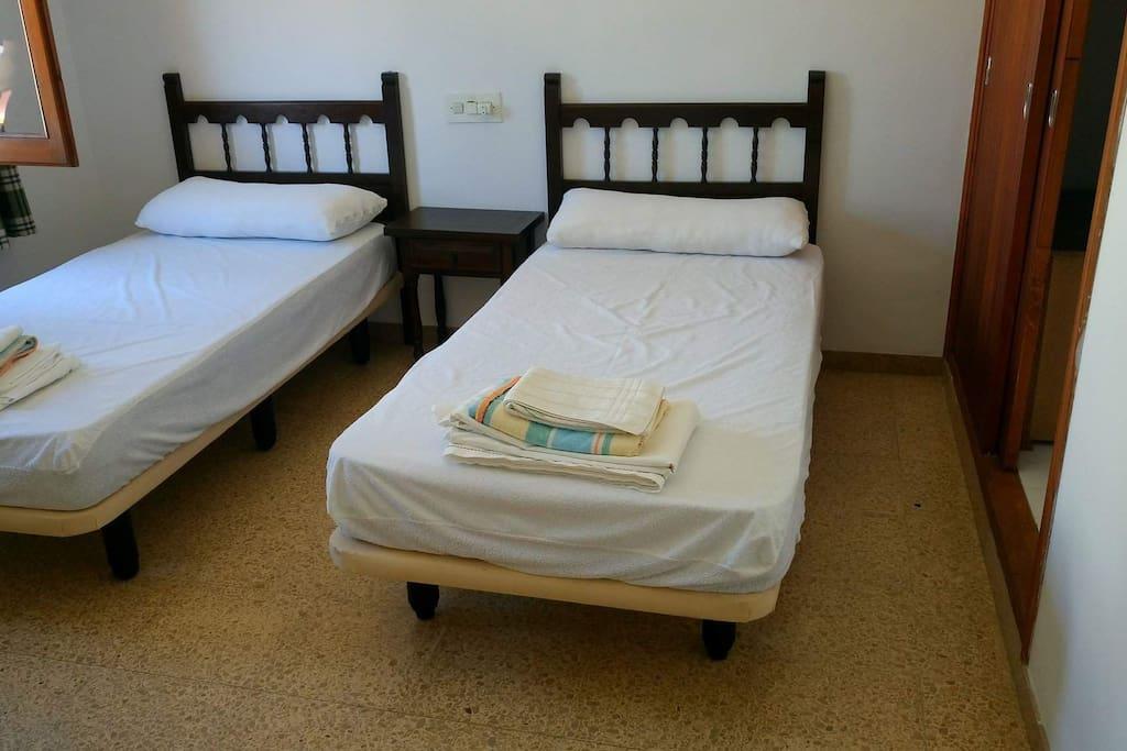 1 habitacion con dos camas,armario y ventana