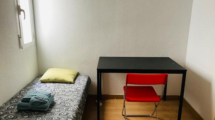 Habitación con amplio armario en casa agradable