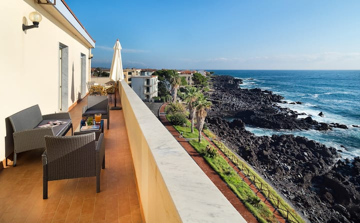 Waterfront Apartment with Sea View and Etna View