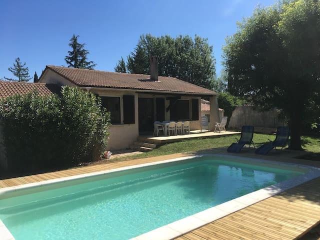 maison 100 m2 avec grand jardin et piscine