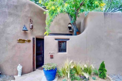 Canyon Road Casita: Upscale 1 Bed w/ Rooftop Patio