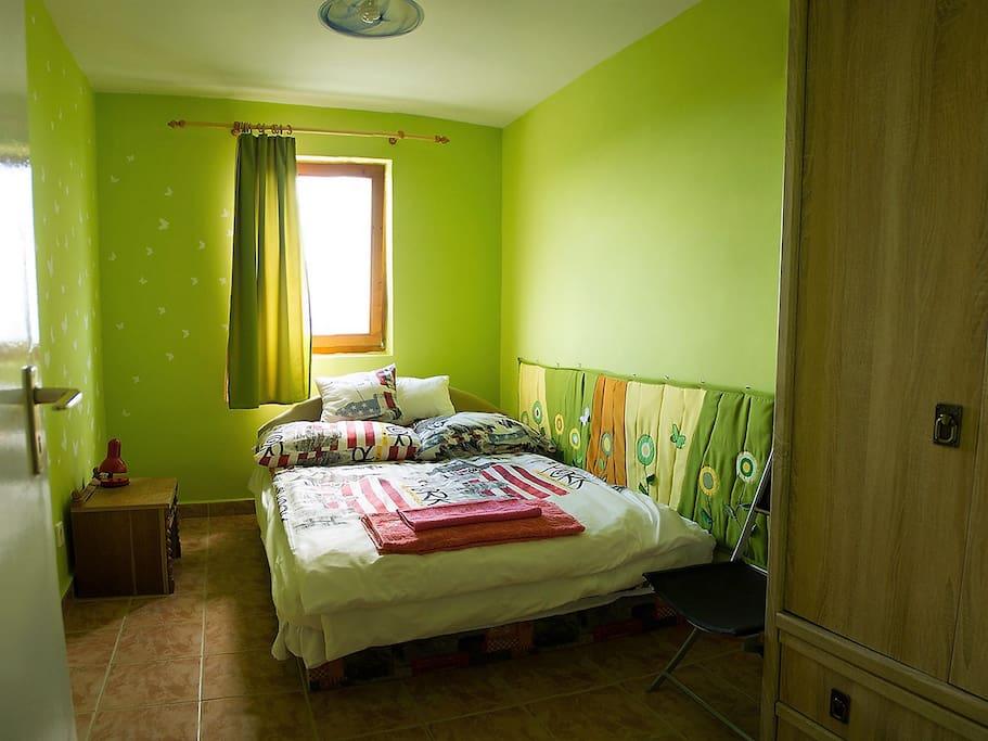 """The """"green"""" room: comfortable double bed with cupboard./ Das """"grüne"""" Zimmer: komfortables Doppelbett und Kleiderschrank./ «Зеленый» номер: удобная двуспальная кровать и шкаф для одежды./ A """"zöld"""" szoba: kényelmes dupla ággyal és ruhás szekrénnyel"""