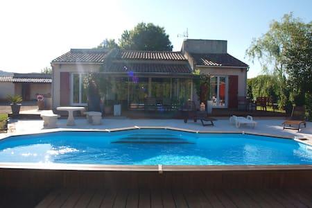 Chambre dans maison avec grand jardin et piscine - Le Luc - House