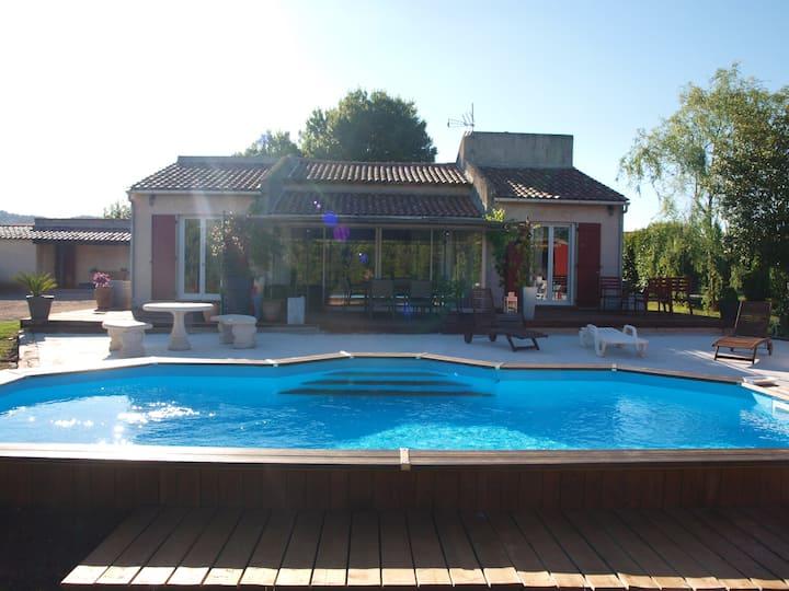 Chambre dans maison avec grand jardin et piscine