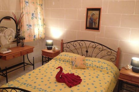 Spacious Modern Apartment  Marsalforn Gozo sleep 7 - Pis