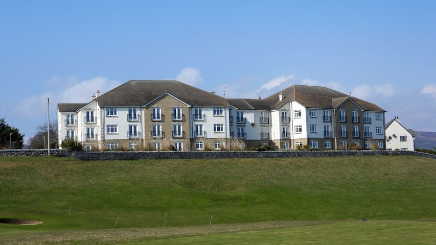 8 Links Apartments
