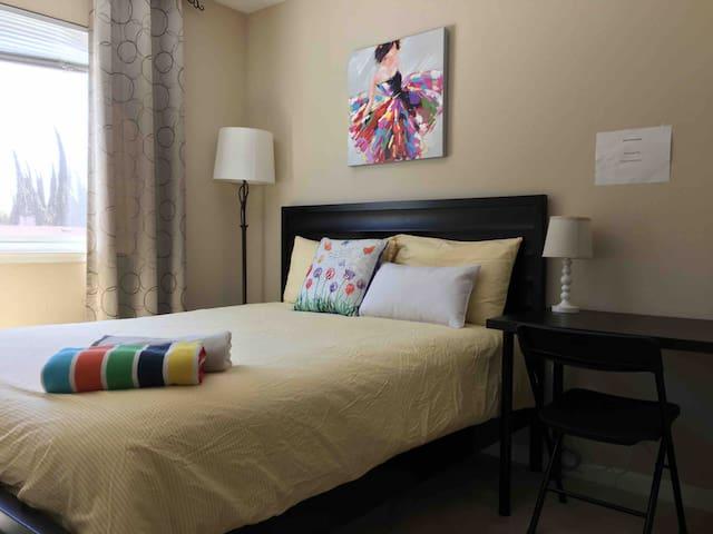 Queen bed room -- 舒适雅房,干净整洁,新家具,生活方便