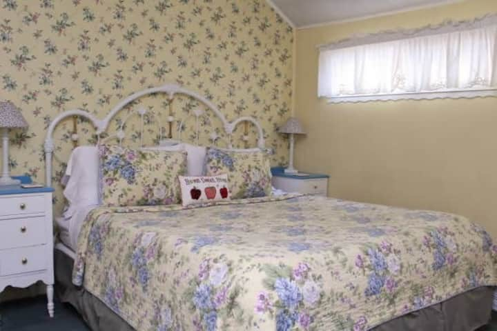 Piety Hill Cottages - Apple Blossom Cottage