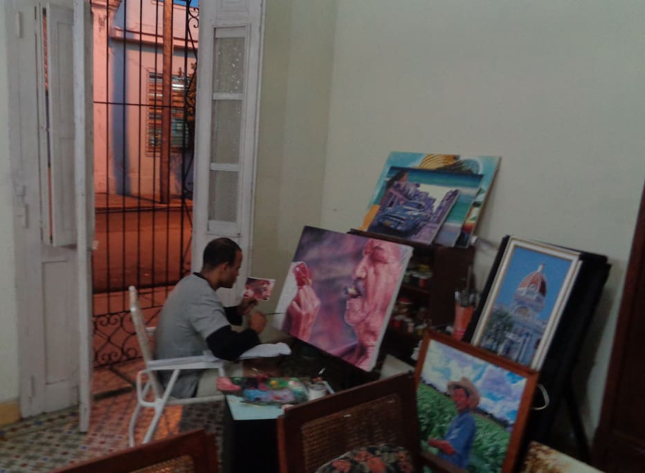 The artist of the house. With him they can talk about Cuban and universal art./ El artista de la casa. Con él pueden hablar de arte cubano y universal.