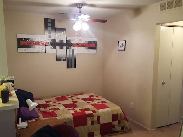 Cozy studio apartment with easy freeway access - Southfield - Apartment