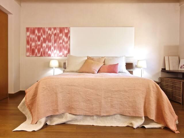 Habitación principal de 25m2, con bañera exterior y baño en suite y ducha extra grande.