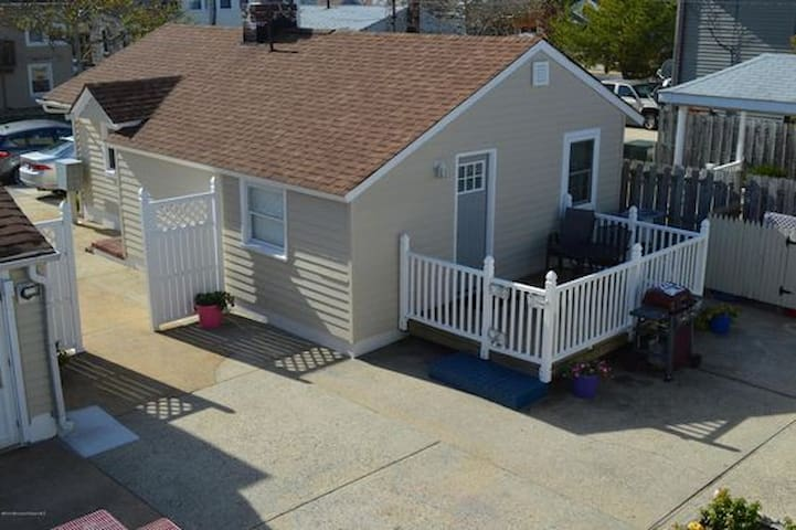 Cozy Cottage with Pool in Seaside Heights,NJ for 6 - ซีไซด์ ไฮท์ส - บ้าน