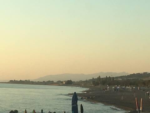 Tavernetta vicino al mare con bandiera verde