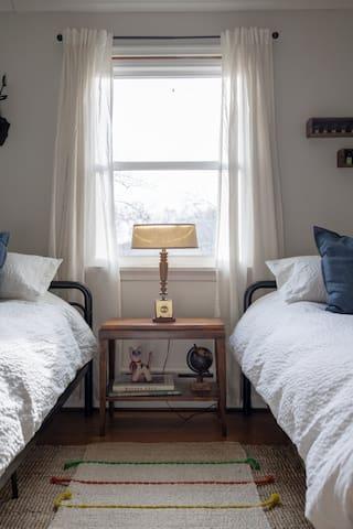 bedroom 3 w/ twin beds