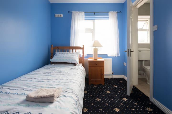 Eugene's Place, en-suite single bedroom