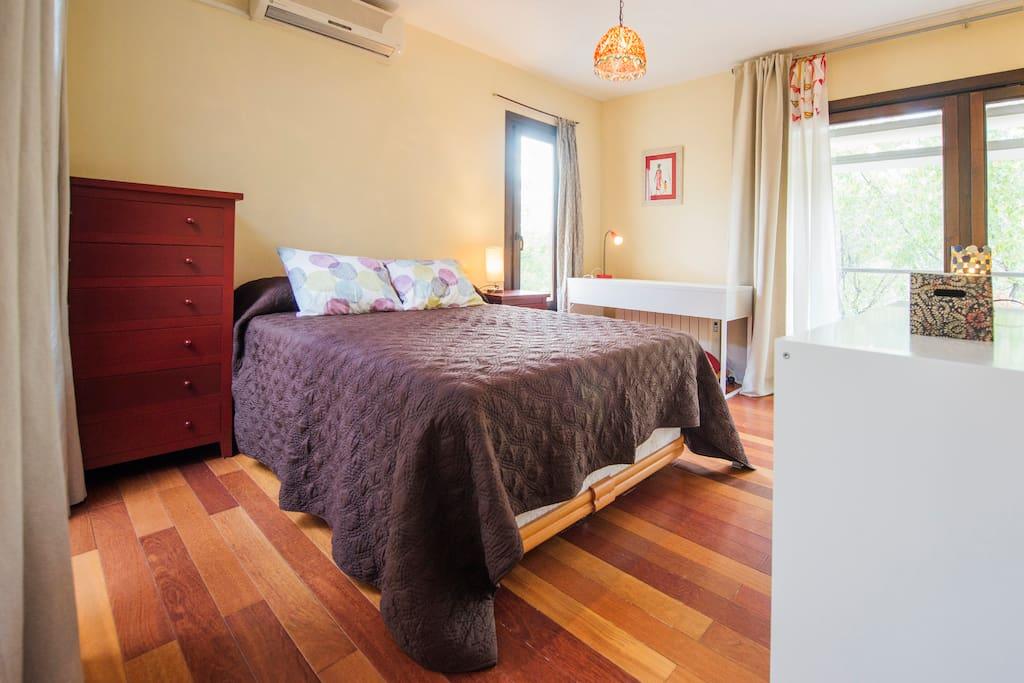 Dormitorio con cama de 135, balcón a patio interior, balconada a la plaza, ventana a calle peatonal.