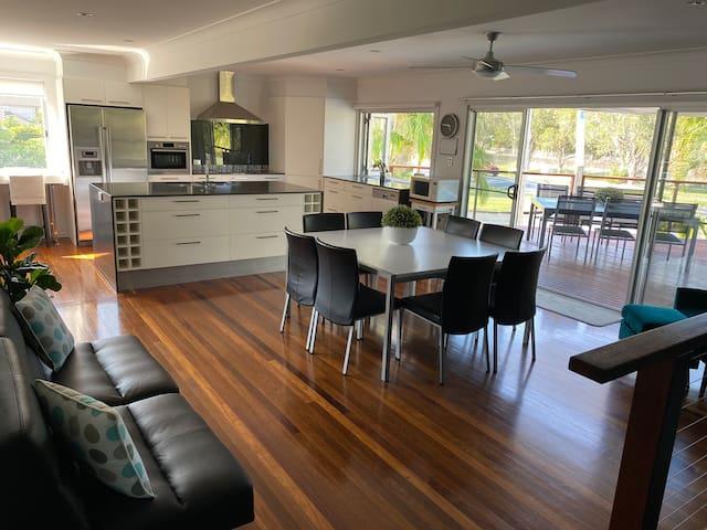 Modern spacious home close to beach & restaurants