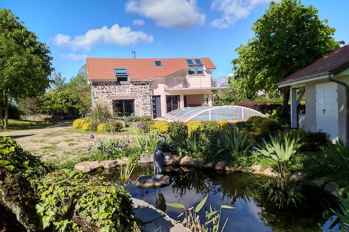 Gite des Taravelles 3* avec piscine en Auvergne.