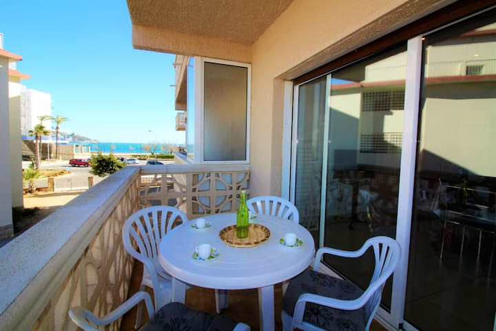 NEAR THE LARGEST BEACH OF ROSES. SPACIOUS STUDIO. AIR CONDITIONER.TERRACE OF 10 M2 WITH PRIVACY.