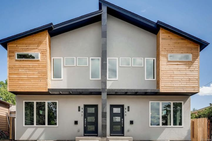 Beautiful New Modern Home-Minutes from everything!