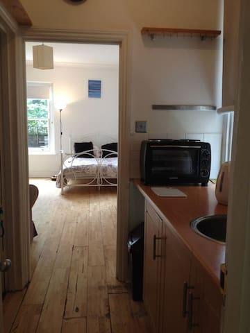 Charming Garden Studio Apartment, Chiswick, W4 2LT