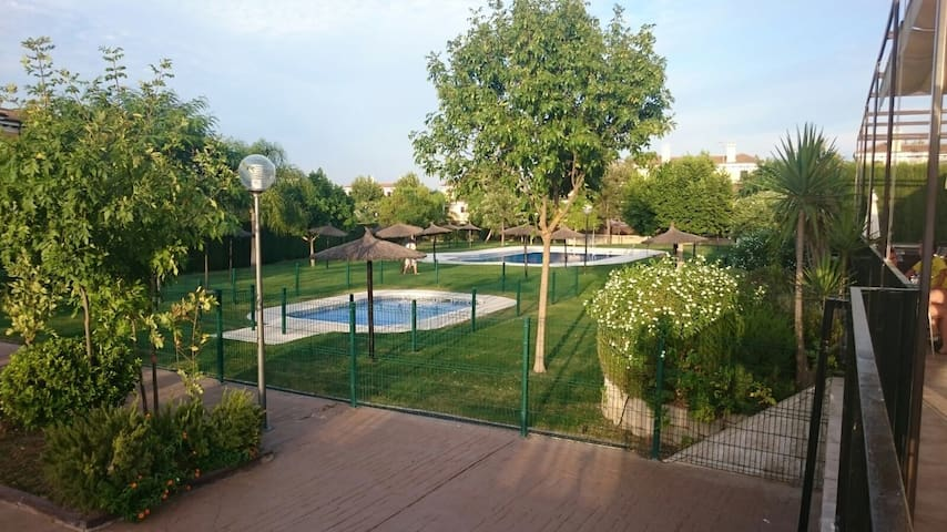 Chalet pareado ideal para familias 12 km  Sevilla - Espartinas - บ้าน