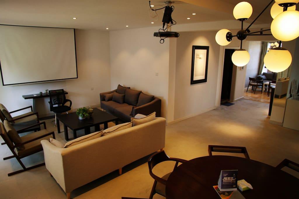 纯木餐桌一桌八椅,北欧会客厅,坚果互联网投影仪搞定电影电视