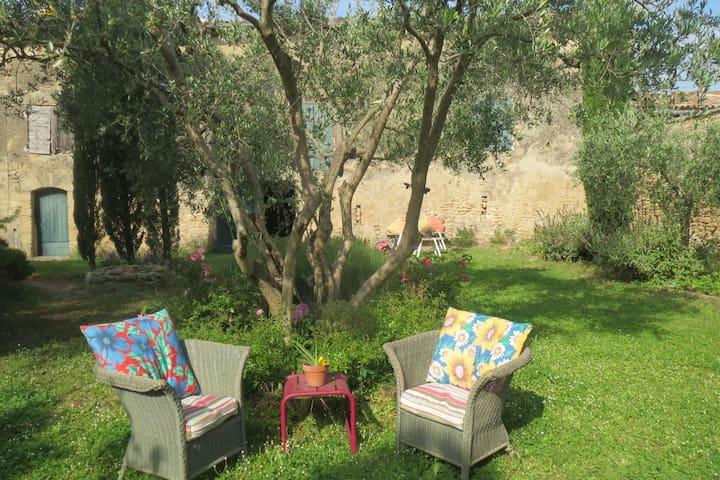 Belles chambres avec jardin dans Mas provencal - Cornillon-Confoux - Dům
