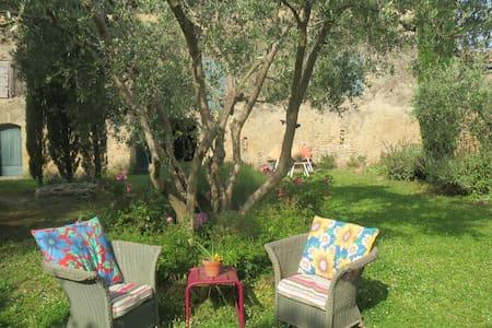 Belles chambres avec jardin dans Mas provencal - Cornillon-Confoux