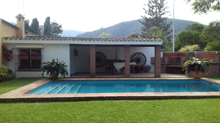 Casa Rural con piscina en sendero Río de la Miel