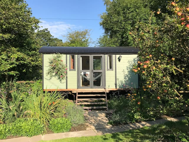 Countryside Shepherd's Hut 30 mins from London