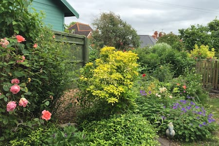 Charming historic cottage in pretty garden - House