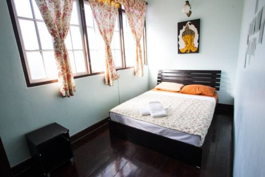 Budget Double room, Queen size bed/ Shared bathroom.