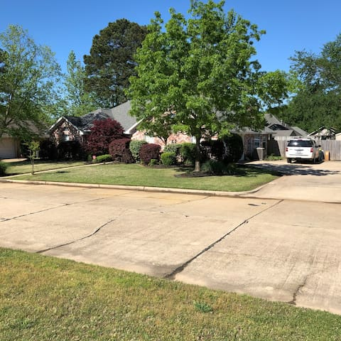 Warm, modern Home - Texarkana - great neighborhood