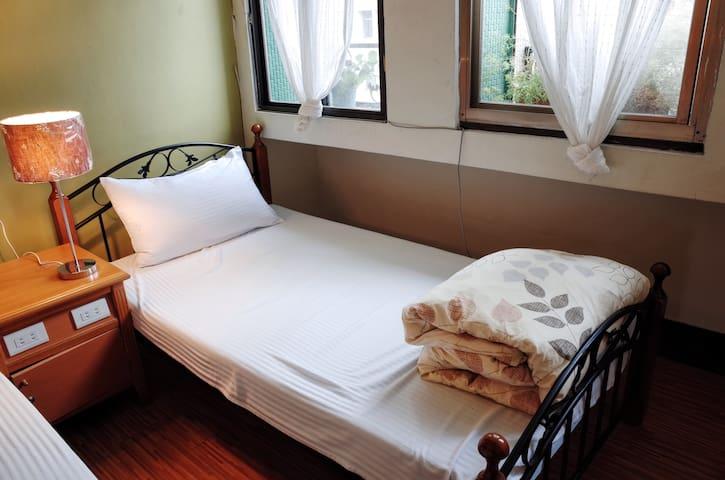 Sunny 6 bed mixed dorm near Hualien Station - Hualien City - Loft