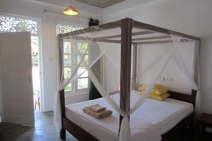 """Mirissa BnB"" (N3) clean nice room AC, breakfast"
