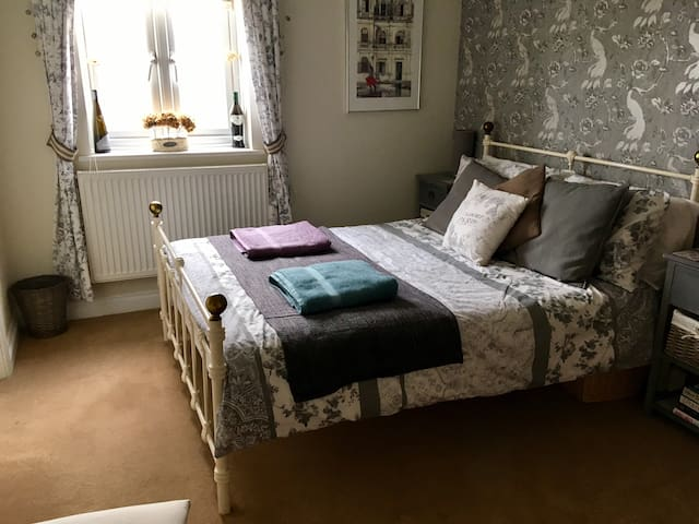 Comfortable en-suite room in Frome