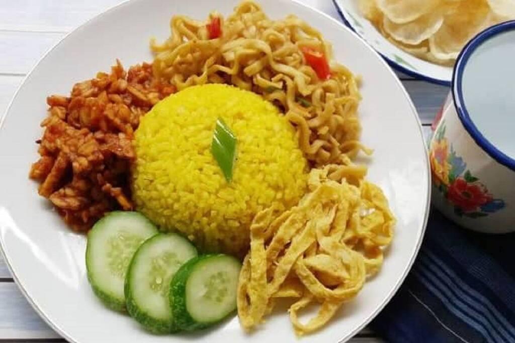 Breakfast / yellow rice / sandwich