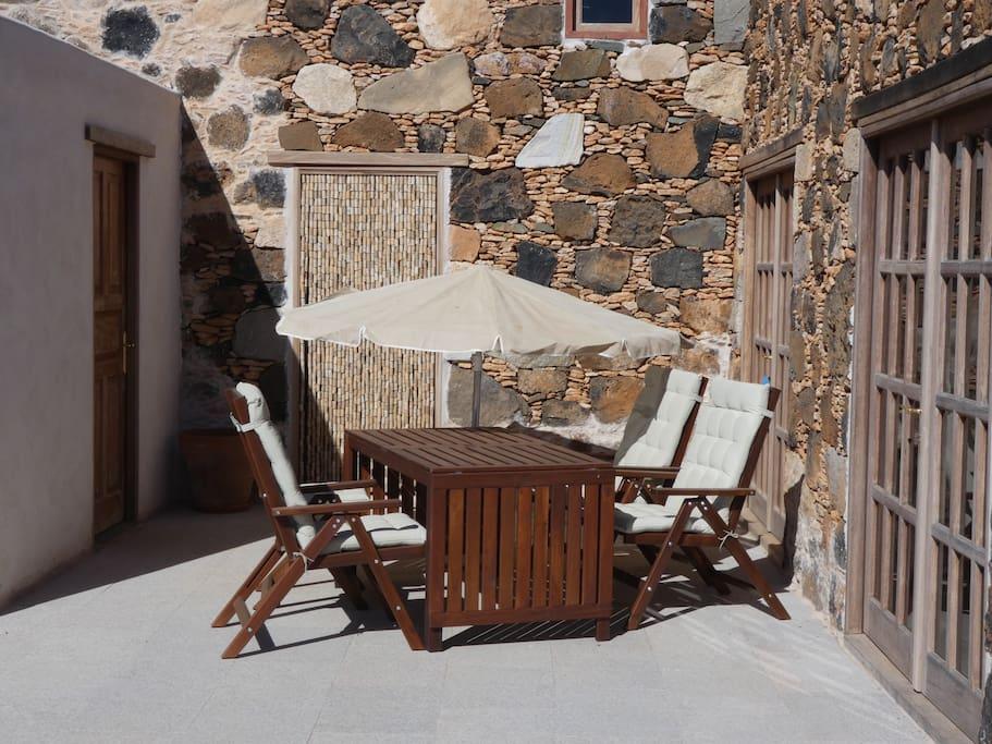 Detalle de los muebles de la terraza