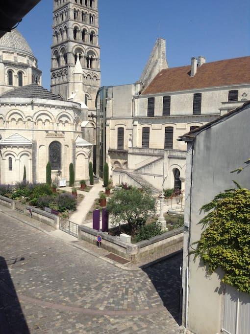 Juste derrière la cathédrale et en face du musée !